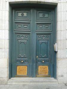 restauración de portón antiguo con marquetería