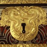 boca llave en mueble antiguo