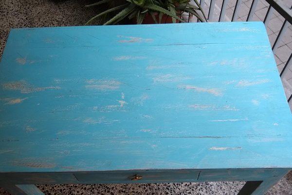 mesa auxiliar de madera pintada