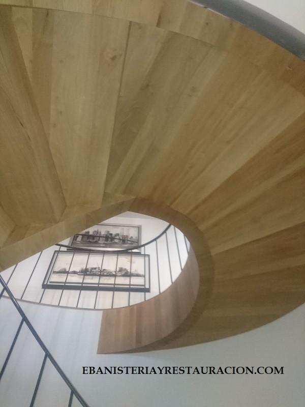 escalera caracol en madera de nogal español