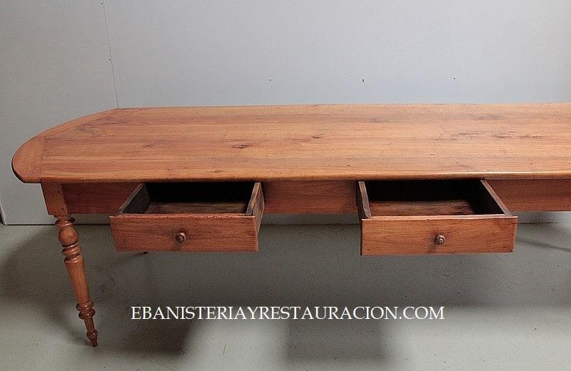 Mesa de cocina estilo campo con cajones